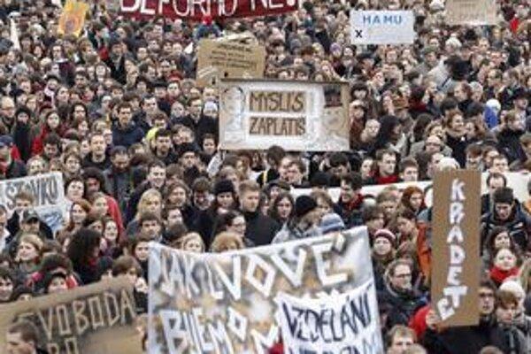 Do ulíc najprv vyšli českí vysokoškoláci proti reforme školstva. Česi sú proti vládnym škrtom.