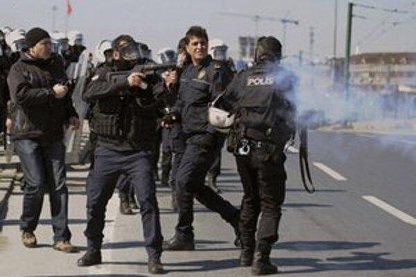 Polícia zasahuje pri kurdskej demonštrácii.
