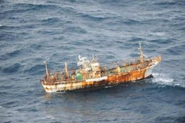 Vrak lode po roku dorazil k pobrežiu Kanady.