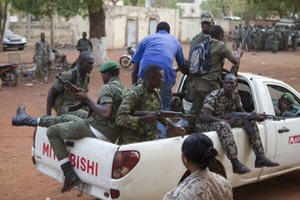 Vzbúrení vojaci na periférii mesta Bamako.