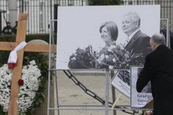 Opozičný líder Jaroslaw Kaczynski  sa modlí pred prezidentským palácom pri príležitosti 1. výročia tragickej smrti jeho brata - dvojičky a bývalého poľského prezidenta Lecha Kaczynského , ktorý zahynul s manželkou Mariou a ďalšími 94 členmi poľskej de
