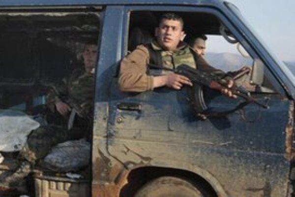Libanonskí vojaci hliadkujú na hraniciach so Sýriou.