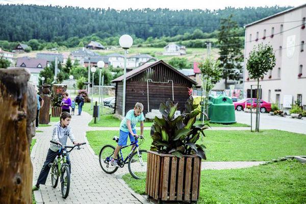 Centrum Spišského Hrhova. Okolo 350 z asi 1 800 obyvateľov sa hlási k rómskej národnosti.