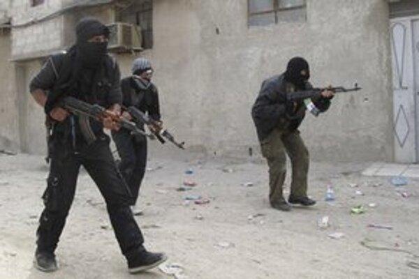 Príslušníci Slobodnej sýrskej armády trénujú v meste Damask.