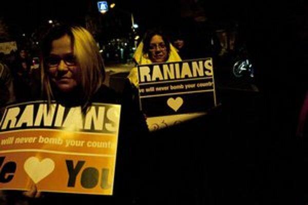 Niektorí Izraelčania protestujú proti možnému vojenskému zásahu.