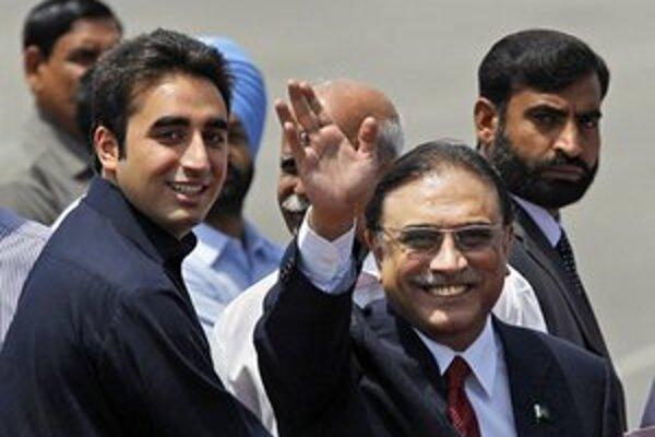 Pakistanský prezident Zardárí so synom po prílete do indickej metropoly.