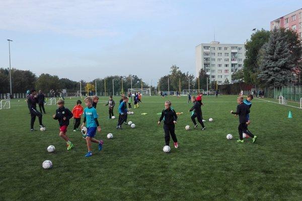 Nielen pre futbalistov. Nová umelá tráva je vhodná aj na atletiku či všeobecnú športovú prípravu.
