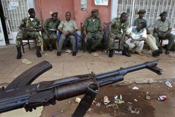 Vzbúrení vojaci pred budovou volebnej komisie.
