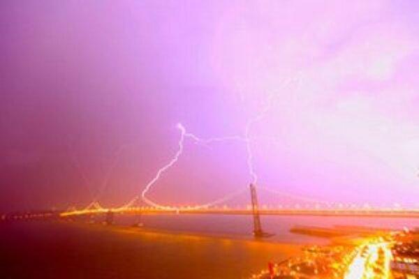 Zásah blesku do mosta zachytili viacerí fotografi.