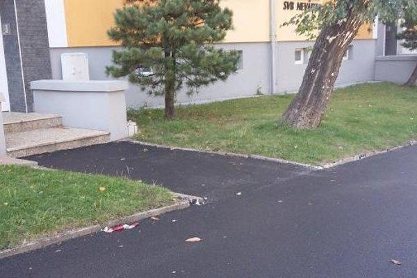 Na chodníkoch pribudol nový asfalt.