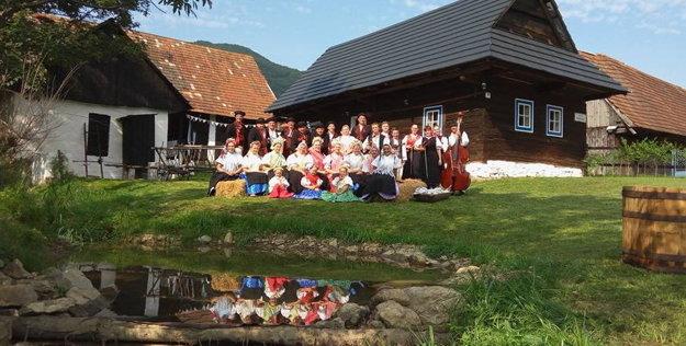 Žaškovský súbor Trnkári je jediný na dolnej Orave, ktorý sa okrem spevu ahraniu venuje aj tancu.