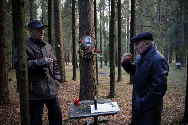 Muži si pripíjajú na pamiatku svojho príbuzného, ktorého popravili a pochovali na tomto mieste pri čistkách v roku 1937 známych ako Veľký červený teror.