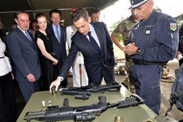 Claude Gueant (vľavo) s prezidentom Sarkozym počas inšpekcie policajných jednotiek.