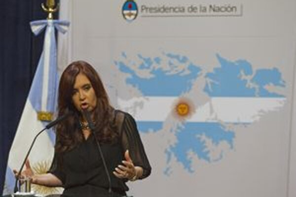 Argentínska prezidentka Cristina Kirchnerová pred vlajkou Falklandských ostrovov.