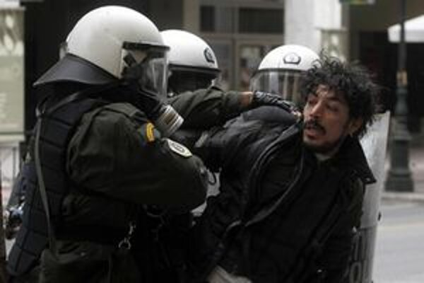 Zatýkanie v Aténach.