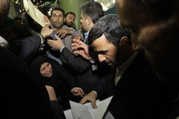 Iránsky prezident Mahmúd Ahmadínežád (v strede).