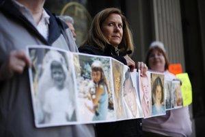 Barbara Blaineová a ďalšie obete sexuálneho násilia ukazujú svoje fotografie z čias, keď ich podľa vlastných slov začali kňazi zneužívať.