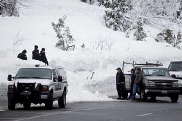 Spadnutá lavína pri ceste neďaleko strediska Stevens Pass.