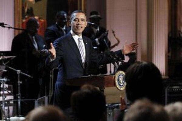 Obama víta hostí na svojom bluesovom večierku.
