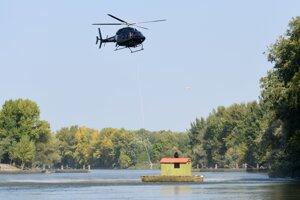 Vrtuľník so záchranármi počas ukážok medzinárodného cvičenia.