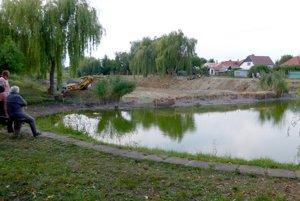 Do prednej časti rybníčka zatiaľ umiestnili ryby.