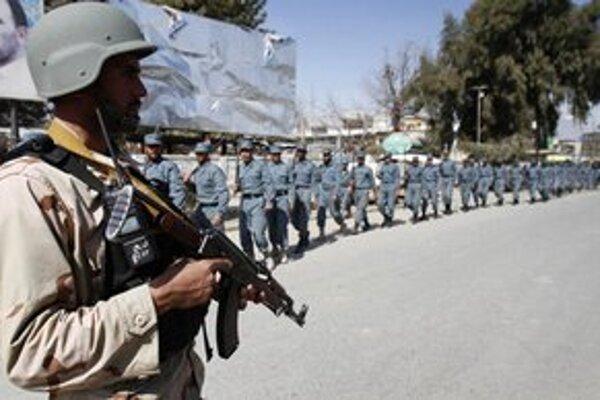 Afganskí policajti pred zásahom proti demonštrantom.