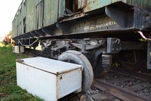 """Improvizovaný vstup. Aby sa neželaní """"cestujúci"""" dostali do vagóna bez schodíkov, položili si k dverám rozbitú chladničku."""