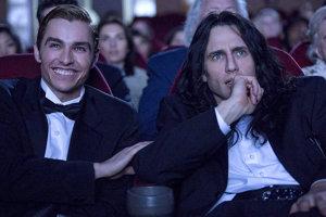 James Franco (vpravo) a jeho brat Dave hrajú v komédii, ktorá rekonštruuje vznik kultového filmu The Roomu.