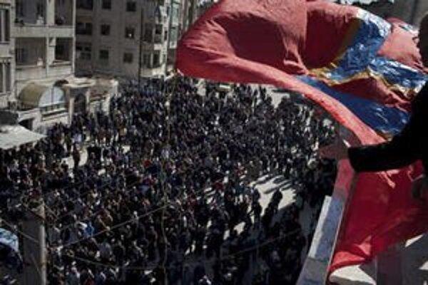 Protesty v ďalších mestách krajiny neutíchajú.