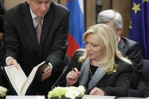 Svoj podpis k novej zmluve pripojila aj slovenská premiérka.
