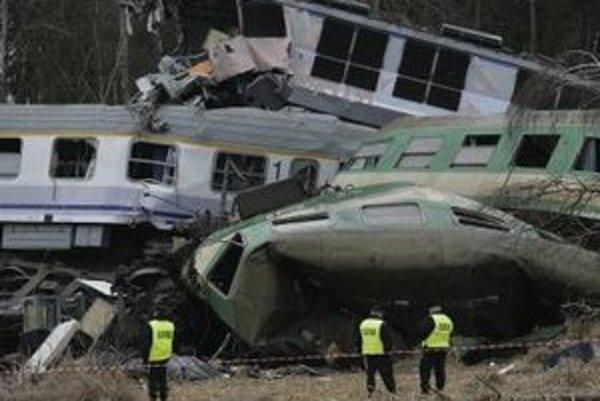 Pohľad na havarované vlaky v Szczekociny na juhu Poľska.