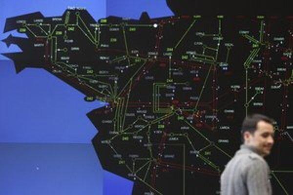 Dispečer sleduje miesta s výpadkami elektriny.