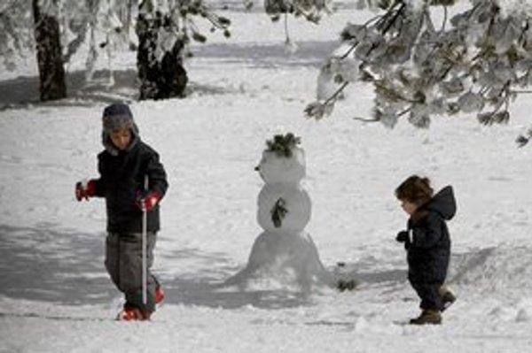 Deti si môžu namiesto školy užívať zimu.