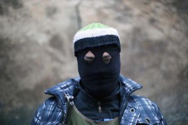 Sýrsky povstalecký bojovník v meste Idlib.