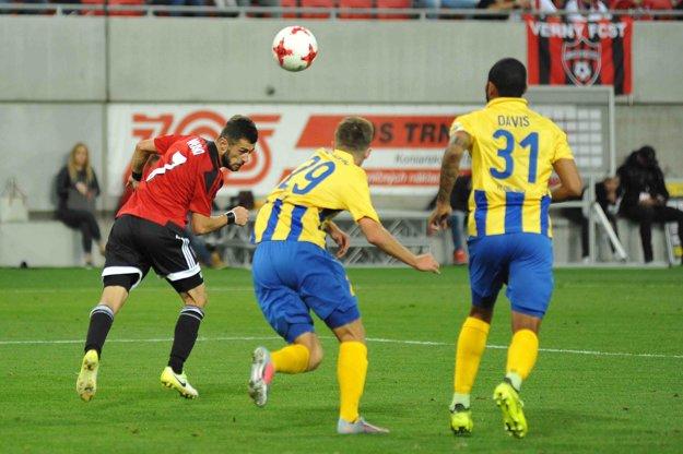 Vakhtang Tchanturishvili z Trnavy a Marko Divković a Eric Javier Davis Grajales z Dunajskej Stredy v súboji o loptu.