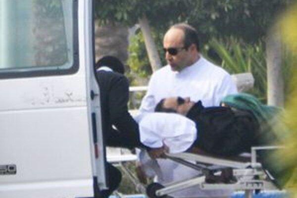 Prevoz Husního Mubaraka na súdne pojednávanie.