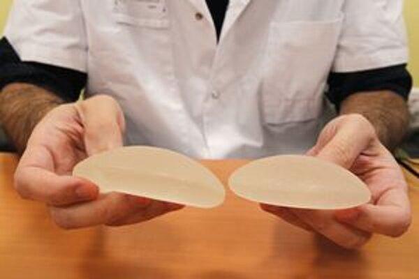 Francúzsky plastický chirurg Maurice Mimoun drží chybné prsné implantáty.