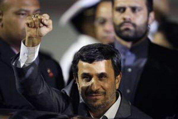 Mahmúd Ahmadínedžád po prílete do Venezuely.