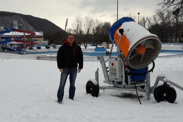 Ivan Šabo pri snežnom dele v Areáli zimných športov.