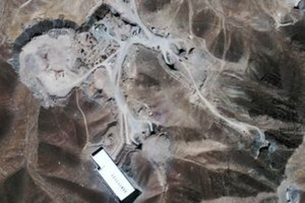 Satelitný záber komplexu pri meste Kóm.