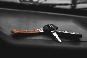 Pri fotografovaní kľúčov od auta sa vždy uistite, že je zakrytá ich spodná časť. V dnešnej dobe totiž nie je ťažké vytvoriť 3D model kľúča z fotografie záhybov a tieňov.