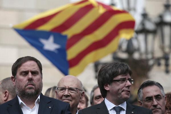 Katalánsky premiér Carles Puigdemont (vpravo).