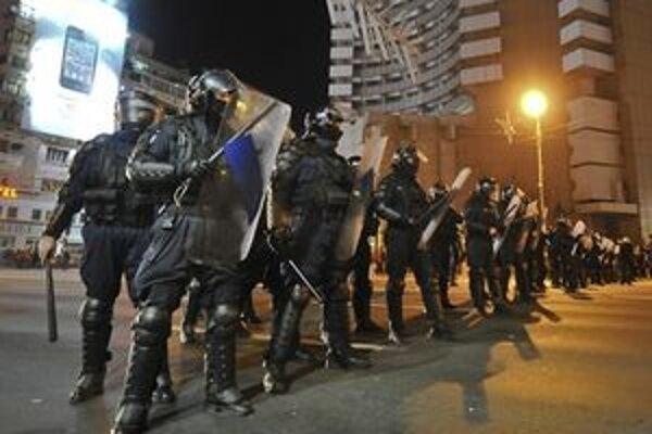 Policajti na Univerzitnom námestí.