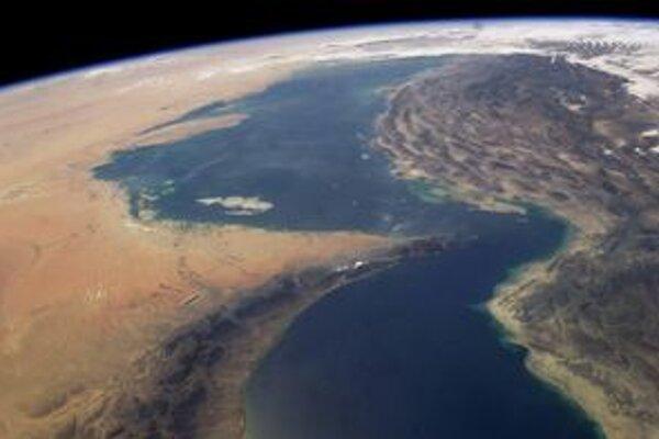 Hormuzský prieliv na zábere NASA.