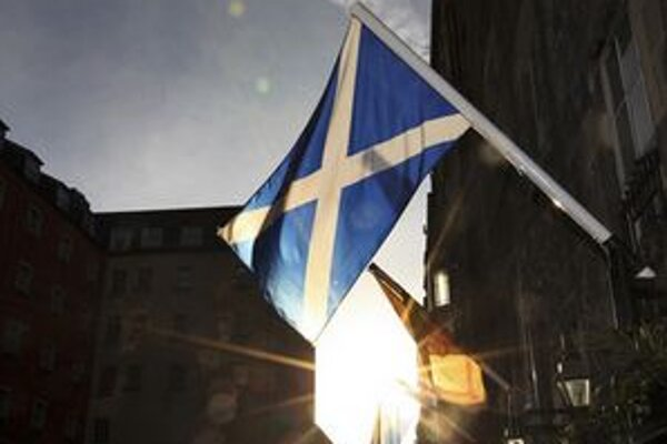 Škótska vlajka na budove v Edinburghu.
