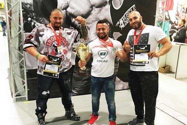 Zľava Jozef Kopálek, absolútny víťaz súťaže Romeo Eremaschvili a Ondrej Runák. Bielorus pri telesnej váhe 73 kg vytlačil 225 kg.
