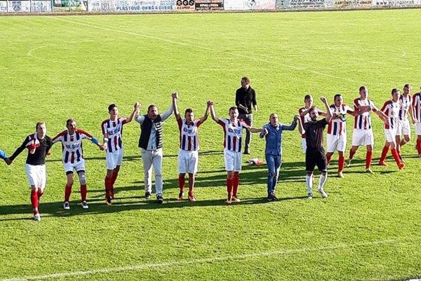 Futbalisti Paty vyhrali v derby vo Váhovciach jednoznačne 6:0 a takto oslavovali so svojimi priaznivcami.