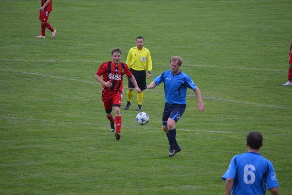 Veľká Hradná (v modrom) získala prvé víťazstvo v V. lige.