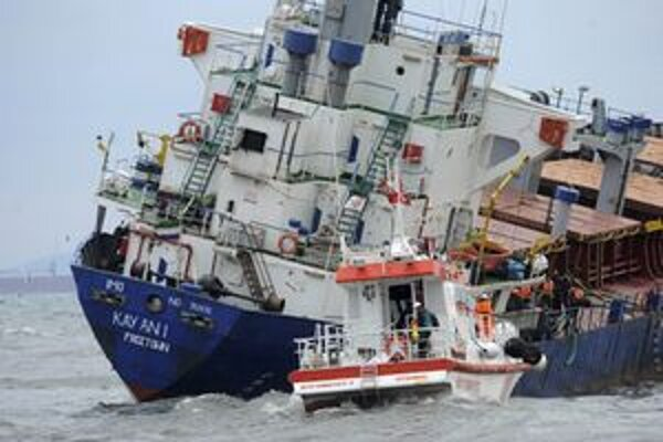 Loď Kayan naberá vodu.
