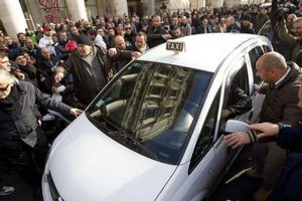 V Taliansku štrajkujú aj taxikári.